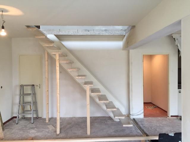 Maken van trap sparing en plaatsen van een zwevende trap for Plaatsen trap