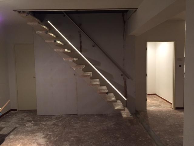 Maken van trap sparing  en plaatsen van een  zwevende trap van bamboe